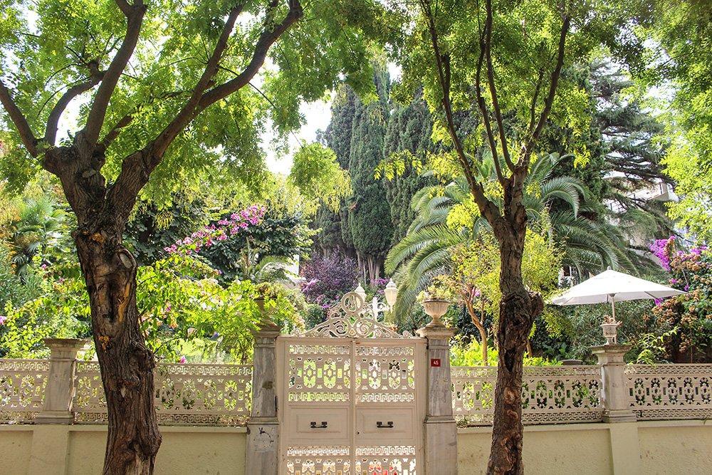 Один день на Бююкада, Принцевы острова, Стамбул   Сады на улице Чанкайя