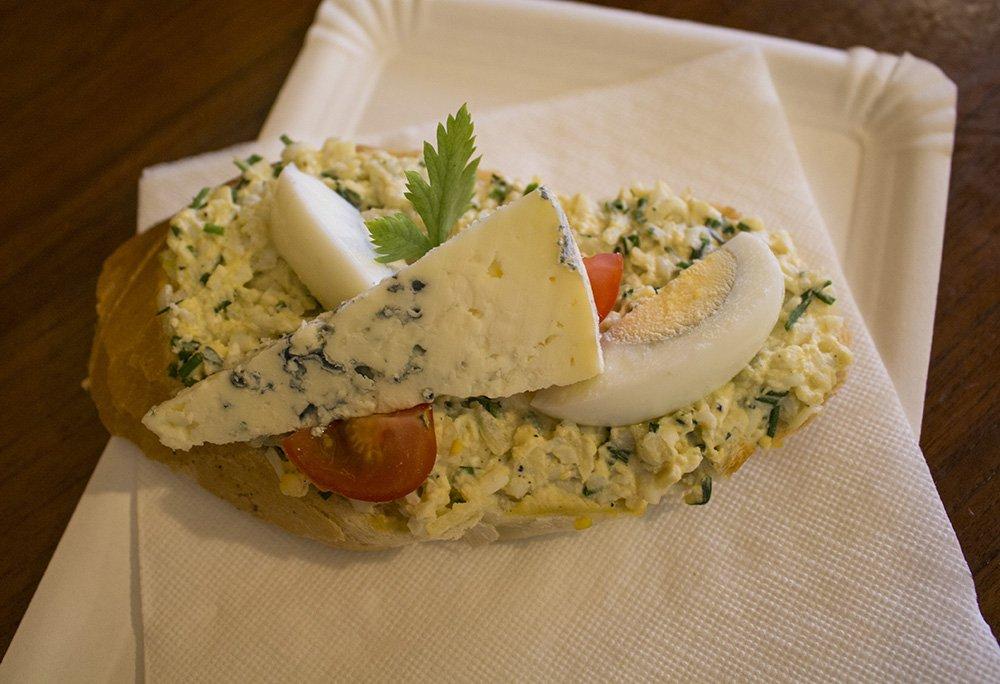 Хлебичек с яйцом и сыром