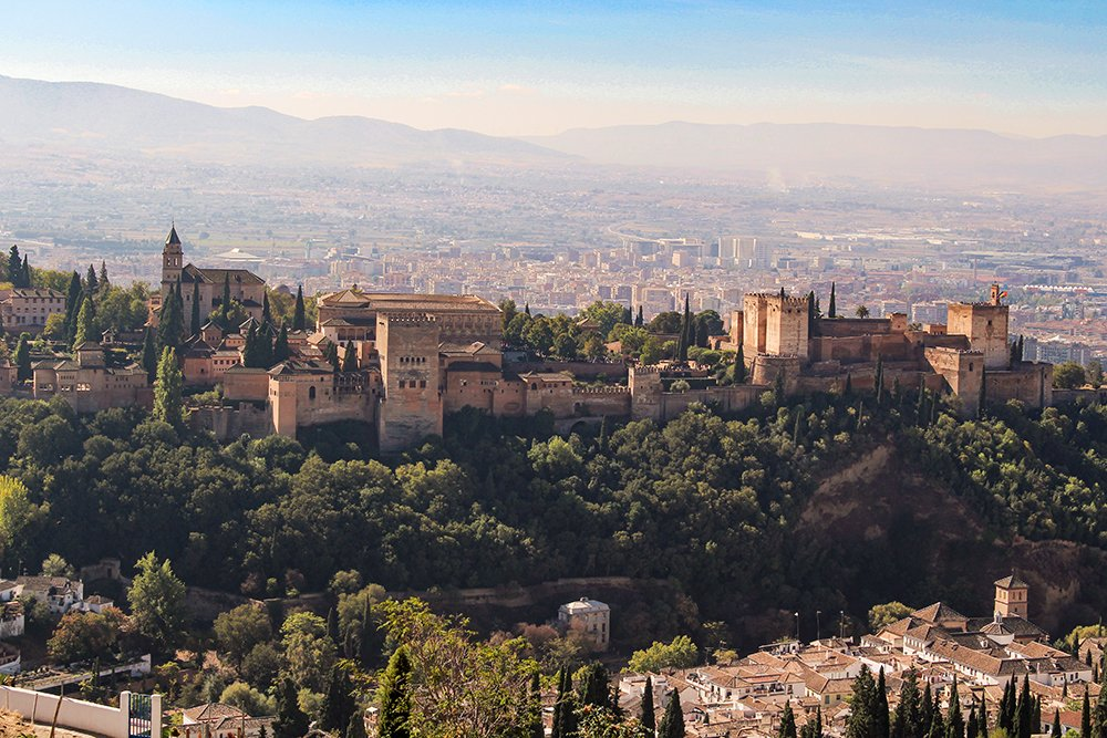 Вид с церкви Сан-Мигель Альто на Альгамбру